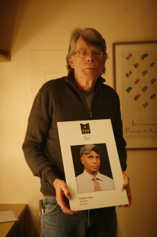 Stephen King holds a photo of imprisoned Ethiopian journalist Eskinder Nega.